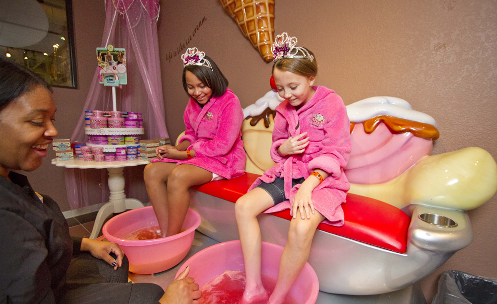 The Scooops Kid Spa at Great Wolf Resorts Wisconsin Dells, WI is the perfect way to pamper pruney fingers and toes after the water park action. Learn more here.